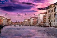 Puesta del sol en Venecia en cielo de la vainilla Foto de archivo libre de regalías