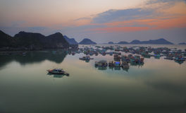 Puesta del sol en Vietnam, bahía de Halong Fotografía de archivo