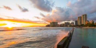 Puesta del sol en Waikiki fotos de archivo