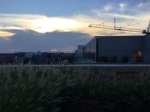 Puesta del sol en Washington, D C En el tejado que mira la grúa Imagenes de archivo