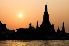 Puesta del sol en Wat Arun Temple, Tailandia Fotografía de archivo