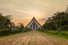 Puesta del sol en Wiharn Phra Mongkol Bophit, Ayutthaya, Tailandia imágenes de archivo libres de regalías