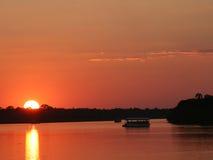 Puesta del sol en Zimbabwe sobre el río de Zambezi Foto de archivo libre de regalías