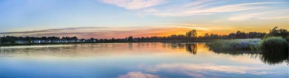 Puesta del sol en Zinnowitz con la reflexión del remanso Fotografía de archivo libre de regalías
