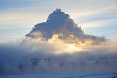 Puesta del sol encendida penacho del invierno del humo de la central eléctrica Imágenes de archivo libres de regalías