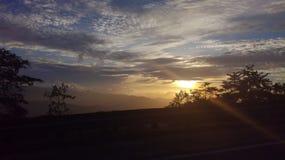 Puesta del sol encendido al lado de los caminos Imagenes de archivo