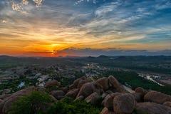 Puesta del sol encima de la colina de Matanga en Hampi la India imágenes de archivo libres de regalías