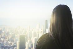 Puesta del sol enorme del horizonte de Chicago de la ciudad con la mujer que mira hacia fuera foto de archivo