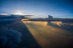 Puesta del sol entre las nubes Fotos de archivo