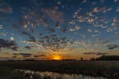 Puesta del sol escénica azul y anaranjada en Texas Plains Imagen de archivo libre de regalías