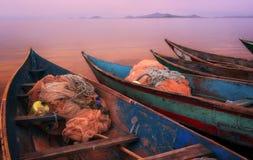 Puesta del sol escénica colorida con los barcos de pesca en la isla de Mfangano, el lago Victoria, Kenia Fotografía de archivo