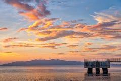 Puesta del sol escénica en la orilla de Batangas, Filipinas fotografía de archivo
