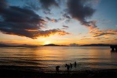 Puesta del sol escénica en la orilla de Batangas, Filipinas foto de archivo
