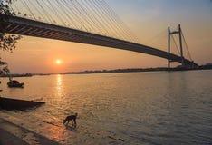 Puesta del sol escénica sobre el puente de Vidyasagar en el río Hooghly Fotografía de archivo