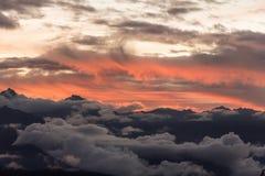 Puesta del sol escénica sobre las montañas en el cielo rojo Foto de archivo libre de regalías