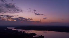 Puesta del sol escénica sobre timelapse del río Oscuridad dramática púrpura del cielo nublado metrajes
