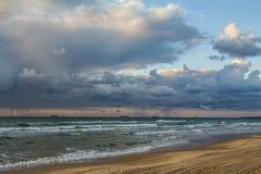 Puesta del sol escénica y playa Foto de archivo