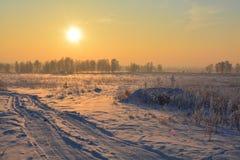 Puesta del sol escarchada en el campo Fotos de archivo