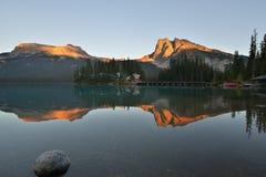 Puesta del sol esmeralda del lago en el parque nacional de Yoho Imagen de archivo libre de regalías