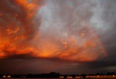Puesta del sol estupenda sobre el campo de aviación imágenes de archivo libres de regalías