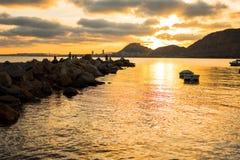 Puesta del sol fantástica en la costa imagenes de archivo