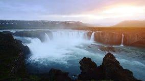 Puesta del sol fantástica La cascada islandesa muy hermosa 12 de Hodafoss mide alto Está situado en el lago cercano del norte metrajes