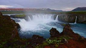 Puesta del sol fantástica La cascada islandesa muy hermosa 12 de Hodafoss mide alto Está situado en el lago cercano del norte almacen de metraje de vídeo