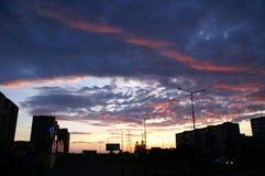 Puesta del sol fantástica y nubes oscuras con una flecha roja fotografía de archivo libre de regalías