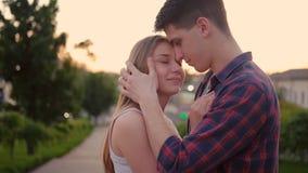 Puesta del sol feliz del beso de la calle de los pares de la relaci?n del amor almacen de video