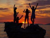 Puesta del sol - figuras de la silueta Fotos de archivo