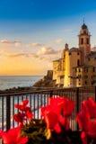 Puesta del sol, flores e iglesia en el mar Imagenes de archivo