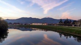 Puesta del sol gloriosa en el pueblo toscano encantador de Calcinaia, Pisa, Italia imagenes de archivo