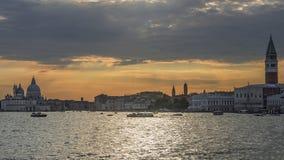 Puesta del sol gloriosa en la laguna veneciana, Venecia, Italia foto de archivo