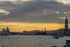 Puesta del sol gloriosa en la laguna veneciana, Venecia, Italia fotos de archivo