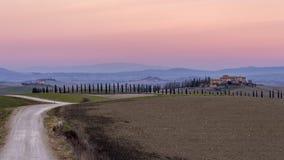 Puesta del sol gloriosa sobre el campo toscano en Ville di Corsano, Siena, Italia fotos de archivo libres de regalías