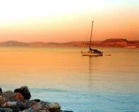 Puesta del sol griega del barco de Crete Sitea   Imagenes de archivo
