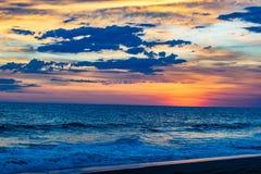 Puesta del sol guatemalteca de la playa imagen de archivo