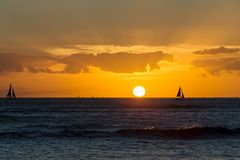 Puesta del sol hawaiana colorida sobre el Océano Pacífico fotos de archivo libres de regalías