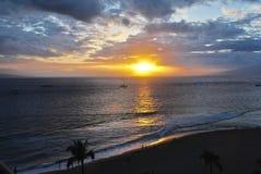 Puesta del sol hawaiana en la playa de Kaanapali, Maui Foto de archivo libre de regalías
