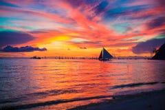 Puesta del sol hermosa asombrosa en una costa del Caribe exótica Imagen de archivo libre de regalías