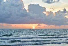 Puesta del sol hermosa/cielo de la salida del sol Imagen de archivo libre de regalías