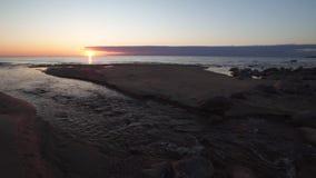 Puesta del sol hermosa con colores rojos - agua spting entrando en el mar - Tuja, Letonia - 13 de abril de 2019 almacen de metraje de vídeo