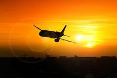 Puesta del sol hermosa con el aeroplano Imágenes de archivo libres de regalías