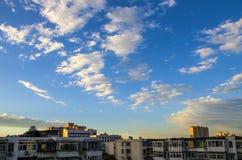 Puesta del sol hermosa con el cielo azul después de la tormenta Foto de archivo