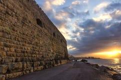 Puesta del sol hermosa con el cielo nublado colorido en el puerto veneciano viejo en la ciudad de Heraklion foto de archivo