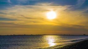 Puesta del sol hermosa con el cielo nublado sobre el Mar Negro almacen de video