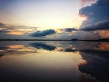Puesta del sol hermosa con el espejo del cielo imagen de archivo