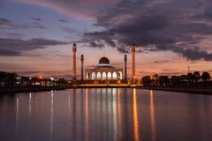Puesta del sol hermosa con la mezquita de la silueta Foto de archivo libre de regalías