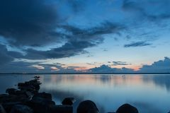 Puesta del sol hermosa con la roca en el primero plano, Ijselmeer Holanda Foto de archivo libre de regalías