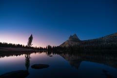 Puesta del sol hermosa con las estrellas en el lago superior cathedral, Yosemite imagenes de archivo